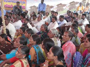 Indische Frauen bei einer Dorfversammlung in Kummarigudem Telangana. Ab jetzt nachhaltige Landwirtschaft.