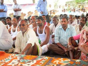 Indische Männer bei einer Dorfversammlung in Kummarigudem Telangana. Ab jetzt nachhaltige Landwirtschaft