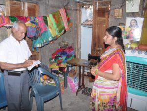Mr. S. interviews each woman// Mr. Swamynarayana interviewt jede Frau