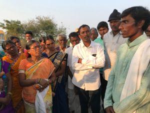 On a field visit, Mr. Ashok (right) tirelessly passes on his immense knowledge// Bei einem Feldbesuch: Mr. Ashok (rechts) gibt sein immenses Wissen unermüdlich weiter
